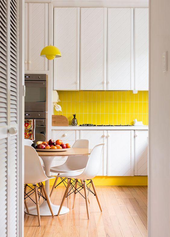 Accesorios Baño Amarillo:También puedes agregar cortinas o manteles con detalles en amarillo