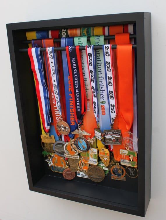 ideas para organizar trofeos y medallas lemonbe el