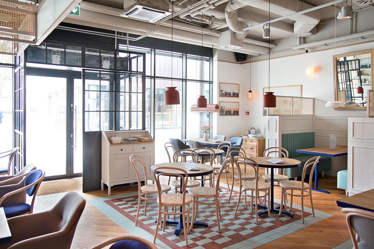 Una cafeter a con dise o lemonbe el color olor y for Mobiliario cafeteria